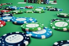 illustrationen som 3D spelar chiper, kort och pengar för kasino spelar på den gröna tabellen Verkligt eller online-kasinobegrepp Arkivbild