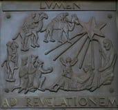 Illustrationer av berättelser från bibeln på dörrbasilikan av förklaringen i Nazareth royaltyfria foton