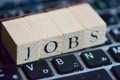 Illustrations-Jobsuche auf Laptoptastatur Stockfotografie