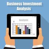 Illustrations-Unternehmensanalysetablette in seinen Händen Lizenzfreie Stockbilder