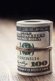 Illustrationsdesign des Sozialen Netzes über Weiß Dollarbanknoten gerollt in anderen Positionen Stockbild