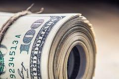 Illustrationsdesign des Sozialen Netzes über Weiß Dollarbanknoten gerollt in anderen Positionen Stockfoto
