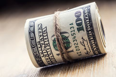 Illustrationsdesign des Sozialen Netzes über Weiß Dollarbanknoten gerollt in anderen Positionen Lizenzfreies Stockfoto