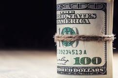 Illustrationsdesign des Sozialen Netzes über Weiß Dollarbanknoten gerollt in anderen Positionen Lizenzfreie Stockfotografie