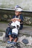 Illustratives redaktionelles Bild Nicht identifizierter trauriger kleiner Junge stockfoto