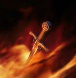 illustrazione 3D di una spada medioevale in fuoco Fotografie Stock Libere da Diritti
