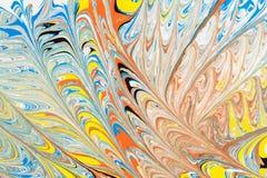 Illustrazione astratta di una combinazione di colori rossi, blu, gialli e neri su un modello basato e caotico bianco delle linee Immagini Stock Libere da Diritti