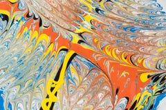 Illustrazione astratta di una combinazione di colori rossi, blu, gialli e neri su un modello basato e caotico bianco delle linee Immagine Stock
