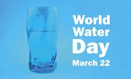 Illustrazione blu del bicchiere d'acqua di giorno dell'acqua del mondo fotografie stock libere da diritti