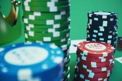illustrazione 3D che gioca i chip, le carte e soldi per il gioco del casinò sulla tavola verde Concetto reale o online del casinò Fotografia Stock