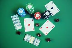 illustrazione 3D che gioca i chip, le carte e soldi per il gioco del casinò sulla tavola verde Concetto reale o online del casinò Fotografia Stock Libera da Diritti
