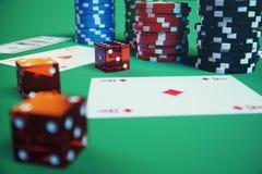 illustrazione 3D che gioca i chip, le carte e soldi per il gioco del casinò sulla tavola verde Concetto reale o online del casinò Immagine Stock