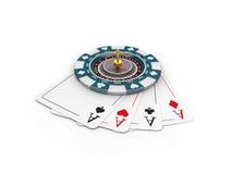 illustrazione 3d dei chip del casinò e delle roulette sulle carte del gioco, bianco isolato Fotografia Stock