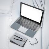 illustrazione 3D del computer portatile moderno sul letto, modello, derisione su fondo illustrazione vettoriale