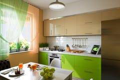illustrazione 3D della cucina con le facciate beige e verdi Fotografie Stock Libere da Diritti