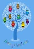 Illustrazione del fumetto dell'albero di inverno con i gufi variopinti Fotografie Stock