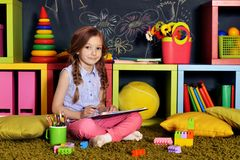 Illustrazione della bambina con le matite Immagini Stock