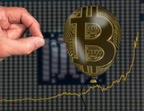 Illustrazione della bolla di prezzi del bitcoin facendo uso del pallone e dell'ago Fotografia Stock Libera da Diritti