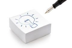 Illustrazione della lampadina sul concetto di idea delle note di post-it Fotografie Stock