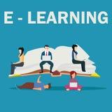 Illustrazione della scuola di e-learning dei giovani che per mezzo del computer portatile, della compressa e dello smartphone per Immagini Stock Libere da Diritti