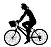 Illustrazione della siluetta di vettore della bicicletta di guida della ragazza isolata su fondo bianco Godere all'aperto della d illustrazione di stock