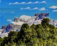 Illustrazione delle montagne nevose, foresta di conifere, cielo blu, belle nuvole immagini stock libere da diritti
