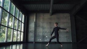 Illustrazione di balletto dancer giovane che balla con garbo su un fondo scuro nello studio Movimento lento stock footage