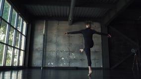 Illustrazione di balletto dancer il giovane sta filando sulla punta dei piedi contro un fondo scuro Movimento lento archivi video