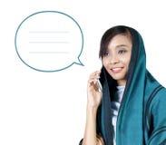 Illustrazione di chiacchierata musulmana moderna del telefono della donna Immagini Stock Libere da Diritti