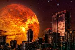 Illustrazione di paesaggio urbano di fantascienza Orizzonte alla notte con il pianeta o il sole gigante nei precedenti ed in un c illustrazione vettoriale