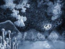 Illustrazione di un paesaggio immaginario di notte di inverno con gli angeli della neve fotografia stock libera da diritti