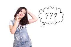 Illustrazione di una ragazza che utilizza telefono cellulare nella confusione Immagini Stock