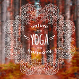 Illustrazione di vettore con la mandala ed etichetta di yoga su natur vago Illustrazione Vettoriale
