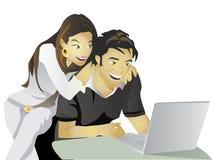 Computer di impegno delle coppie di pianificazione di nozze Immagini Stock