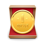 Medaglia dorata in contenitore di regalo rosso. Fotografia Stock