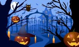 Illustrazione di vettore Halloween Cappello della zucca contro il contesto degli alberi nudi, dei portoni e di vecchia casa Immagine Stock