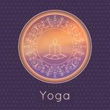 Illustrazione di yoga di vettore Manifesto di yoga con la siluetta degli Yogi e dell'ornamento floreale Progettazione di identità Immagini Stock