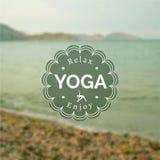 Illustrazione di yoga di vettore Nome dello studio di yoga su un fondo vago della foto Fotografia Stock Libera da Diritti