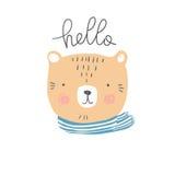 Illustrazione disegnata a mano colorata stilizzata della testa sveglia dell'orso con ciao la citazione Fotografia Stock