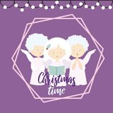 Illustrazione piana di progettazione di una cartolina d'auguri di Natale con tre angeli che cantano i canti natalizii su un fondo illustrazione vettoriale