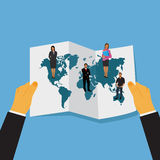 Illustrazione piana di vettore delle mani che tengono la mappa di mondo con la gente di affari che sta su  Fotografia Stock Libera da Diritti