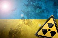 Illustrazione radiologica del pericolo del segno di rischio di inquinamento della bandiera dell'Ucraina Fotografia Stock