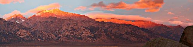 Illustrazione rossa brillante del fondo dell'America settentrionale della montagna di tramonto del cielo blu rosso del paesaggio fotografia stock