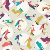 Illustrazione senza cuciture con il bello modello delle scarpe e dei talloni con le forme geometriche Colori luminosi su fondo be Immagine Stock Libera da Diritti