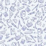 Illustrazione senza cuciture sul tema della scuola, icone disegnate a mano su fondo nella gabbia Immagini Stock Libere da Diritti