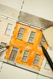 Illustrerat apelsin delat tvilling- höjdfasadfragment med textur för tegelstenvägg som belägger med tegel skottet med mekaniska o Arkivfoton