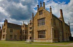 ILMINSTER SOMERSET, ENGLAND - APRIL 15TH 2012: Vingen av ett engelskt värdigt hem arkivfoton