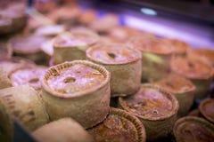 Ilość i świetni krótcy skorupy wieprzowiny kulebiaki na pokazie na UK ocenie Obrazy Stock