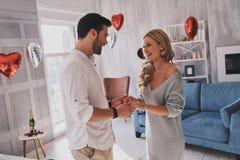 Ils appartiennent ensemble Beaux jeunes couples tenant des mains et l photographie stock
