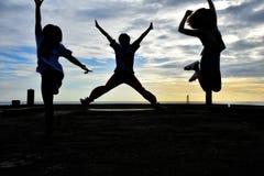 Ils sautent sur les gestes de pont égalisant des ensembles du soleil trois et quatre Photographie stock